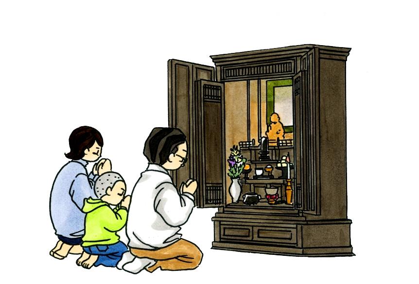 72 家族で仏壇に手を合わせている様子
